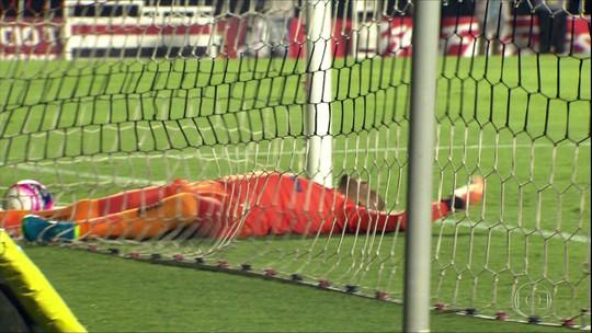Vídeo: com falha de goleiro do São Caetano, São Paulo se classifica