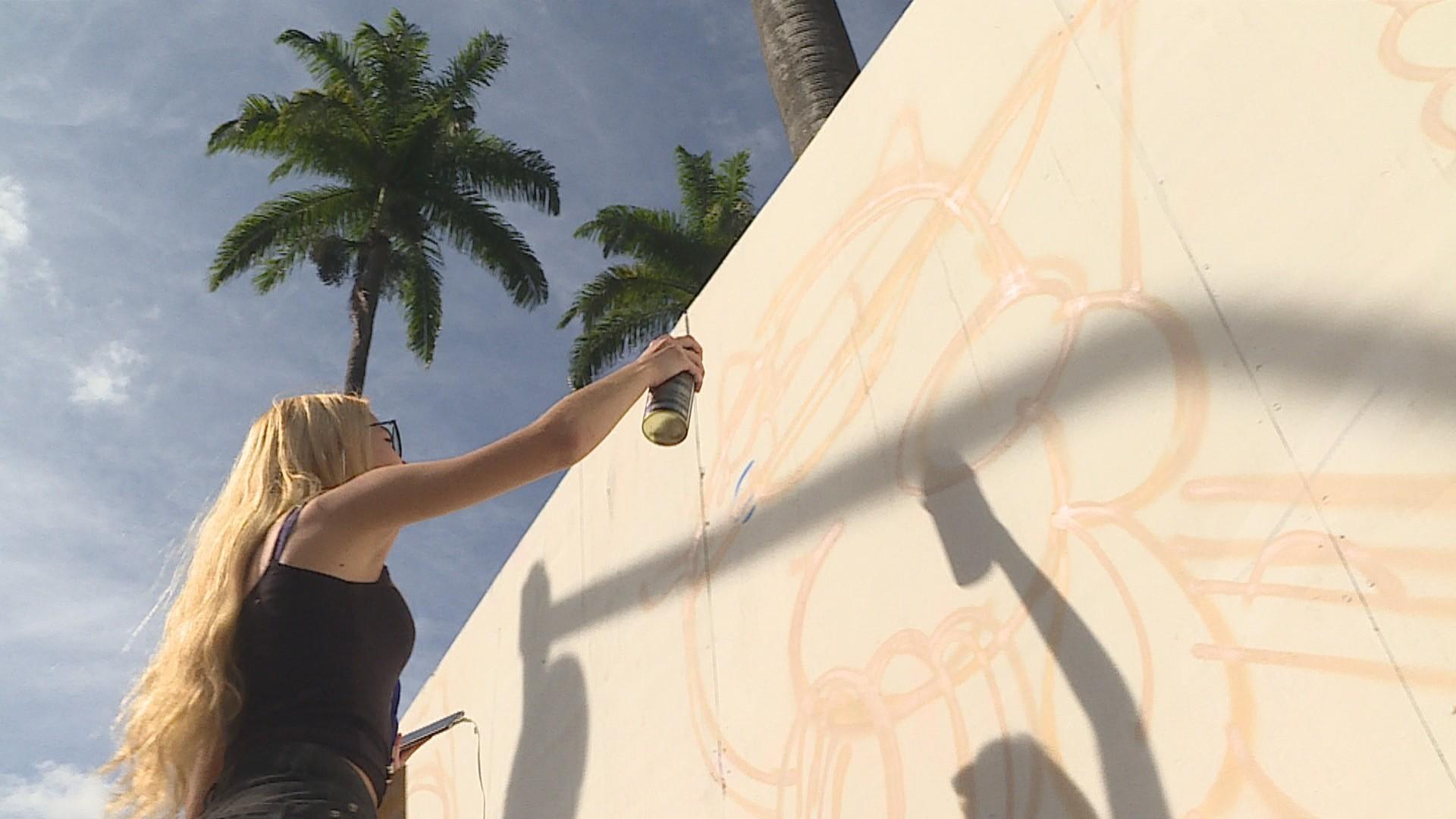 Artistas pintam tapumes e fazem mural no entorno da Praça da Liberdade, em BH
