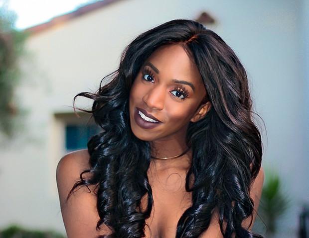 """Ofunne Amaka, 28 anos @ofunneamaka """"É uma cor 'muda', mas ainda dá um toque pop  à maquiagem."""" Dose  of Colors, cor Chocolate Wasted (Foto: .)"""