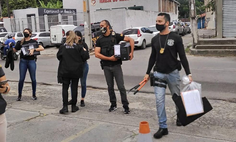 Policiais apreenderam computadores e documentos durante a Operação Beira Rio, deflagrada nesta terça-feira (6) — Foto: Polícia Civil/Divulgação