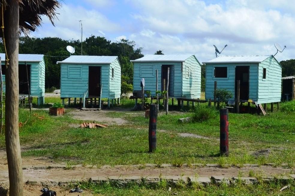 Casas emergenciais, construídas na aldeia Tabaçu  (Foto: Leticia Gomes)