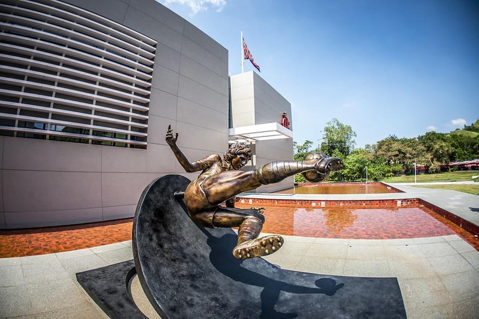 Uma das entradas do módulo profissional recebeu a estátua do Zico restaurada — Foto: Alexandre Vidal / CRF