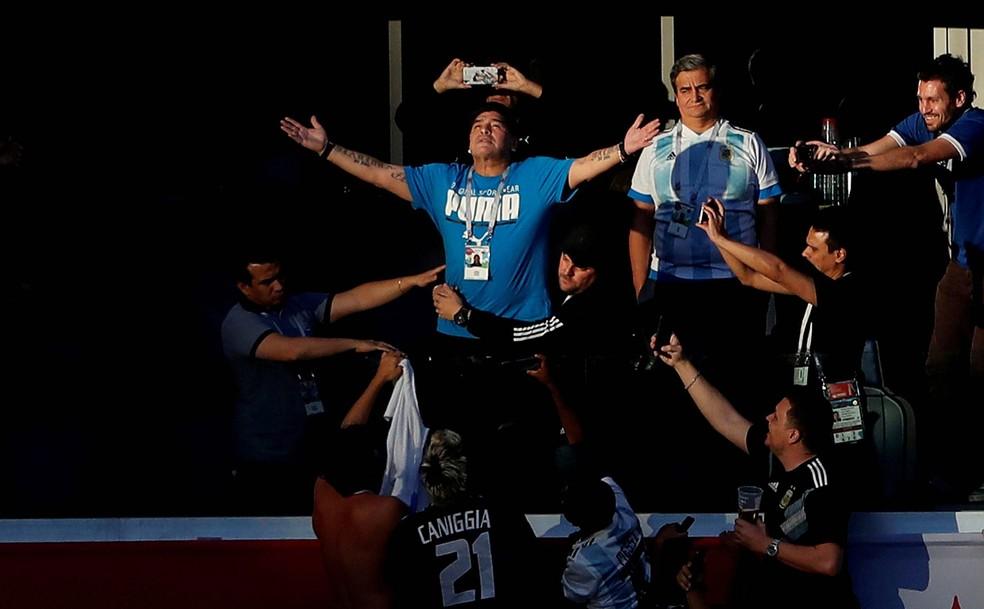 Diego Armando Maradona, ícone do futebol argentino, antes do início da partida entre Argentina e Nigéria na primeira fase da Copa do Mundo de 2018, na Rússia — Foto: Lee Smith/Reuters