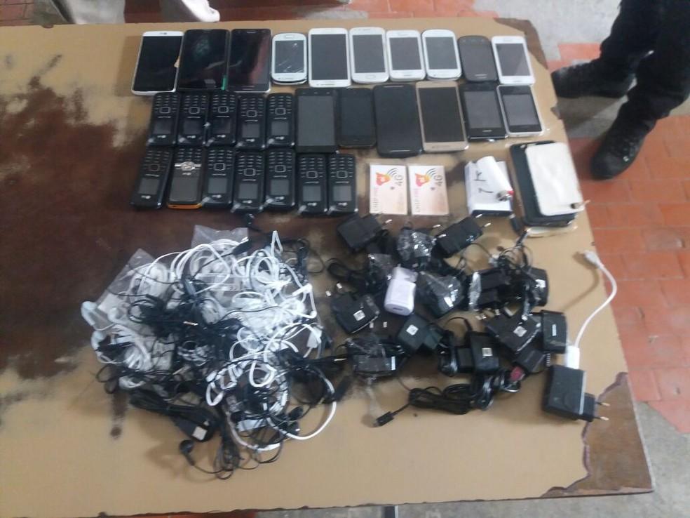 Mulher é presa suspeita de tentar arremessar 27 celulares para presídio, em Campina Grande — Foto: Polícia Militar/Diculgação