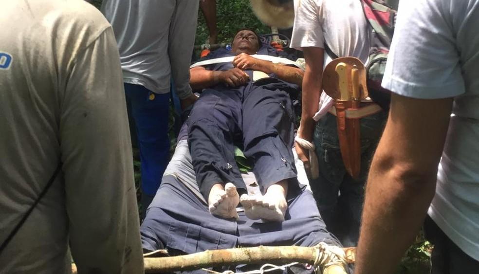 Grupo fez maca improvisada com roupas e madeira para resgatar o piloto da mata em Peixoto de Azevedo — Foto: Arquivo pessoal