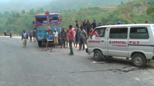 Ônibus cai em rio e mata dezenas no Nepal; veja o vídeo
