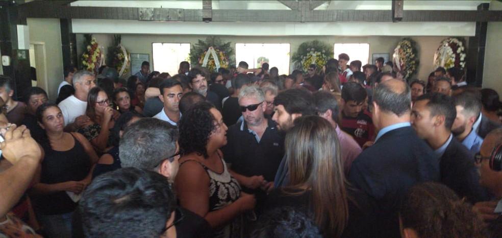 Governo do Rio e Prefeito de Volta Redonda foram ao velório de Arthur Vinicius em Volta Redonda — Foto: TV Rio Sul/Giovani Rossini