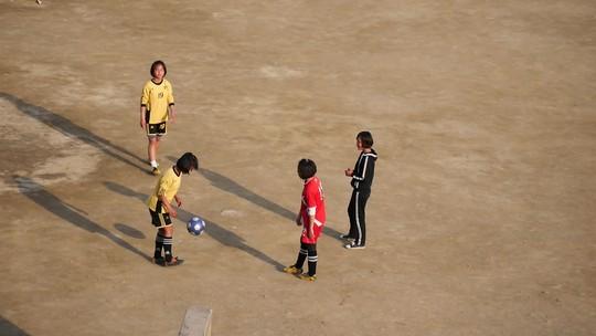 Norte-coreanas mostram que futebol é coisa de mulher no país e fazem jus a investimento