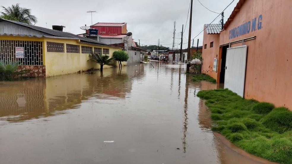 Rua Halley, no bairro Morada do Sol, ficou alagada durante chuva  — Foto: Walcimar Junior/Arquivo Pessoal