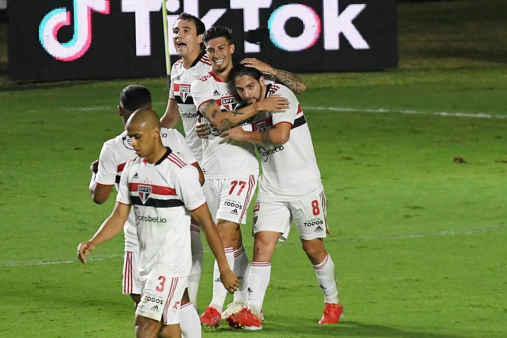 Rigoni e Benítez comemoram gol do São Paulo — Foto: Alexandre Durão
