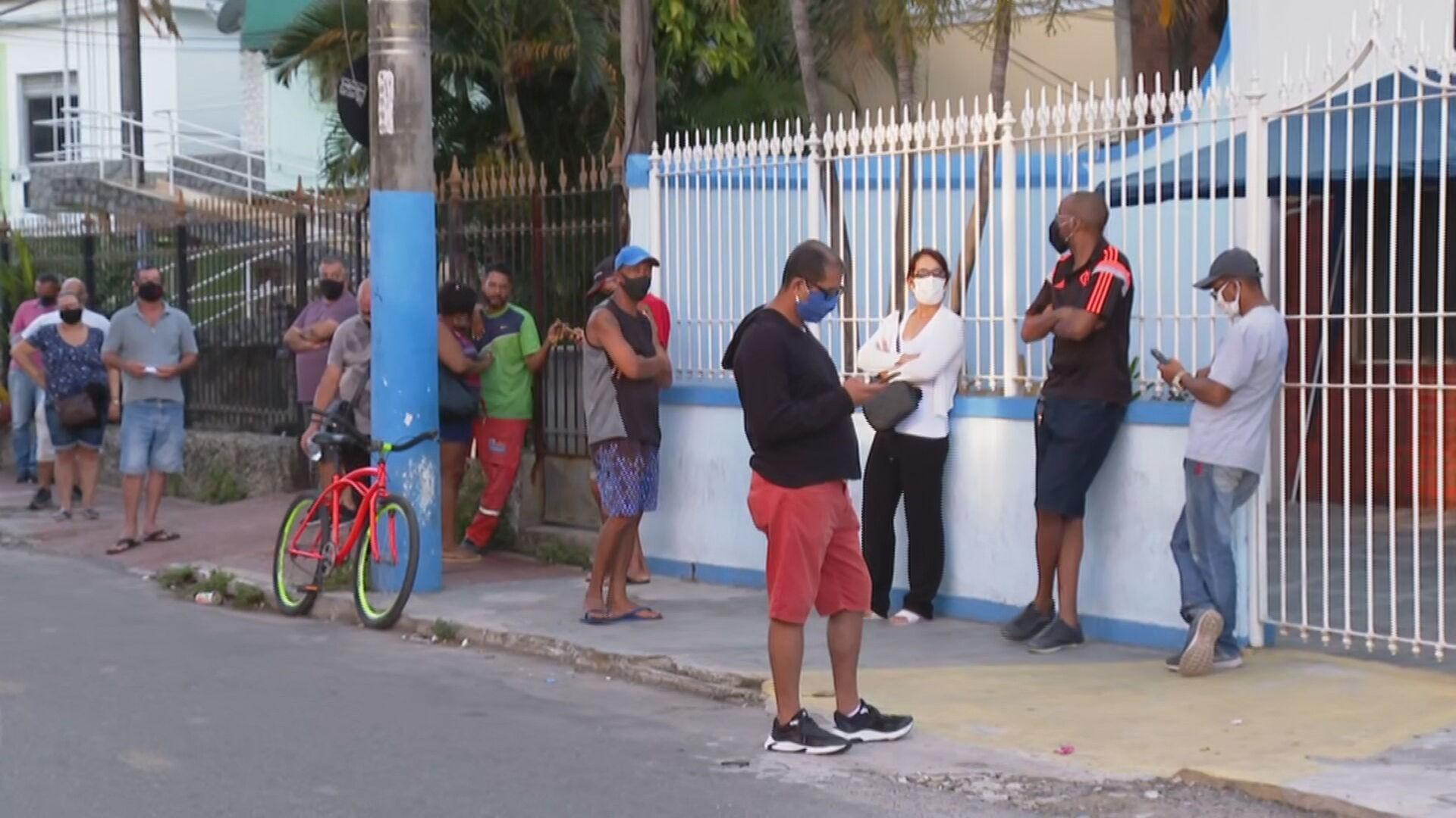 Pacientes enfrentam fila em São Gonçalo para fazer o teste da Covid-19