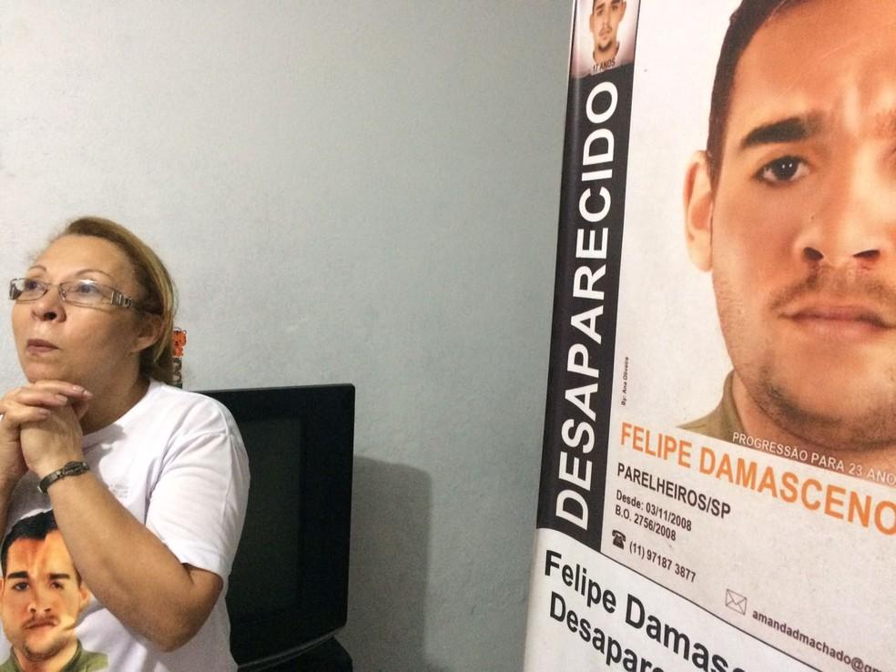 Lucineide e o cartaz de busca por seu filho, Felipe (Foto: Cíntia Acayaba/G1)