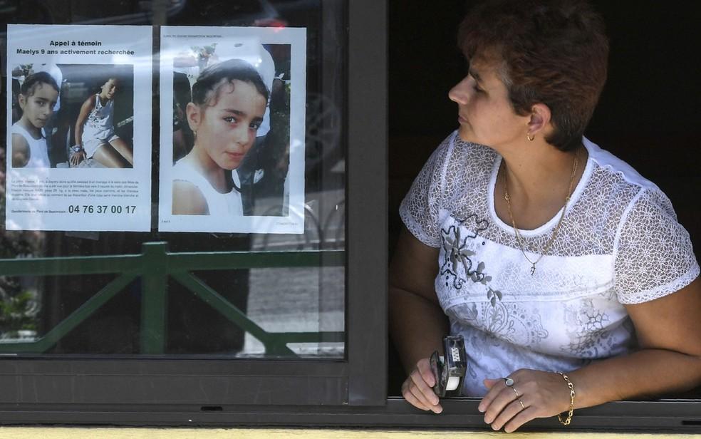 -  Mulher observa cartaz com foto de Maelys de Araujo, então desaparecida, em foto de 28 de agosto de 2017  Foto: Philippe Desmazes/AFP