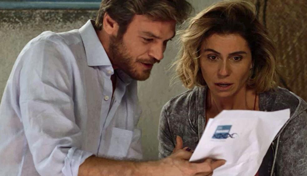 Beto e Luzia tiram a prova de que bebê enterrado no passado não é filho deles — Foto: TV Globo