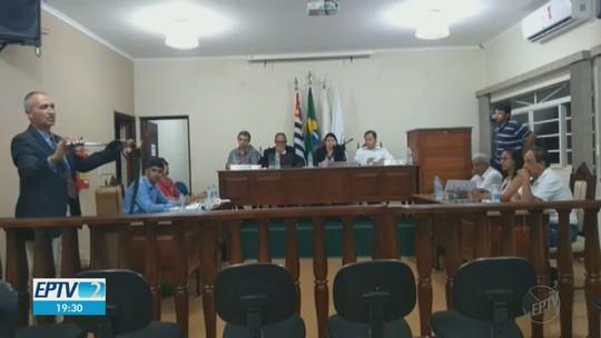 Vereador leva espada ao plenário e sessão na Câmara vira caso de polícia em Jeriquara, SP