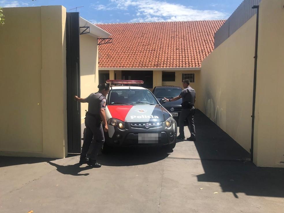 Motorista sai de hospital acompanhado da polícia para ser ouvido — Foto: Diogo Nolasco/TV TEM