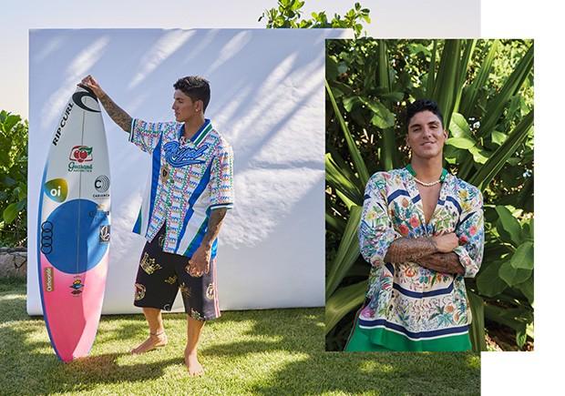 Medina: Camisa R$ 6.800 e bermuda R$ 2.700 Dolce & Gabbana | Escapulário Vivara R$ 2.550 | Brinco Skull R$ 190 (Foto: Vavá Ribeiro)