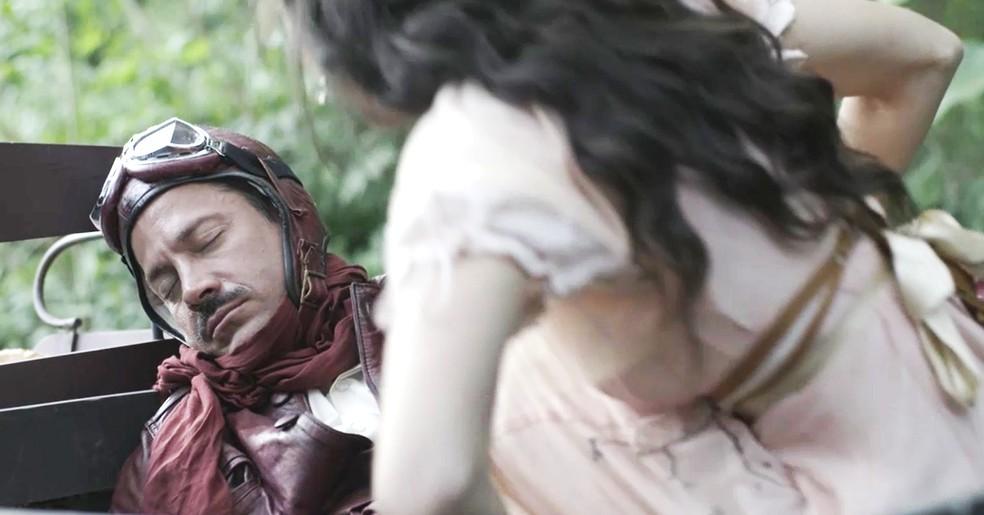 Mariana encontra o Motoqueiro Vermelho ferido e caído no chão (Foto: TV Globo)