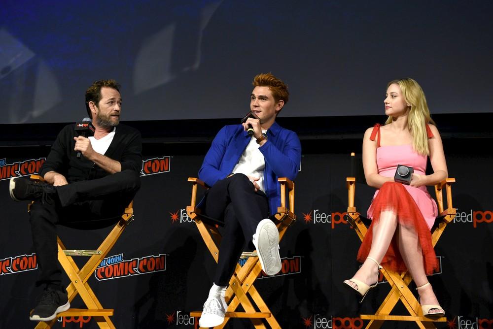 Luke Perry com os colegas de elenco KJ Apa e Lili Reinhart, de 'Riverdale', em foto de outubro de 2018 — Foto: Andrew Toth/Getty Images North America/AFP/Arquivo