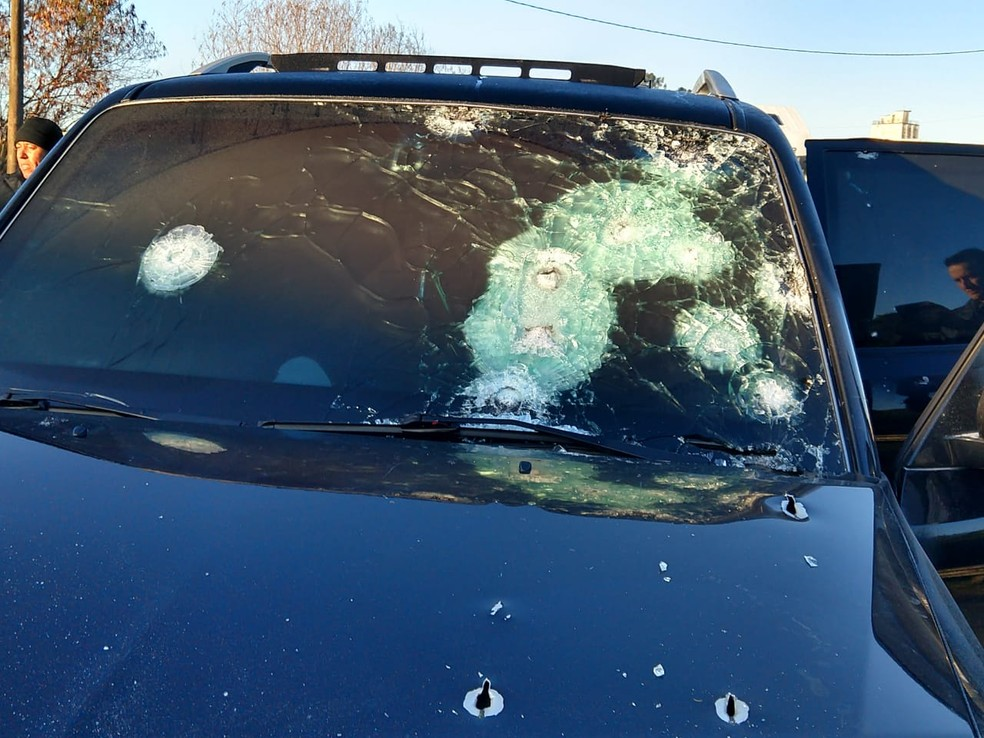 Carro usado pela quadrilha durante roubo em Bauru foi encontrado com marcas de tiro (Foto: Polícia Militar/Divulgação)