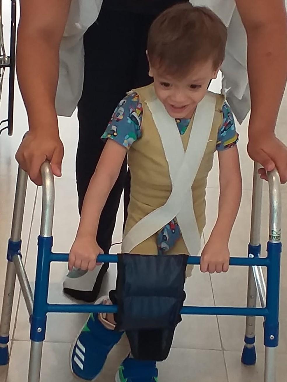 Davi Toledo recebe atendimento de diferentes profissionais da saúde — Foto: Théo Toledo/Arquivo pessoal