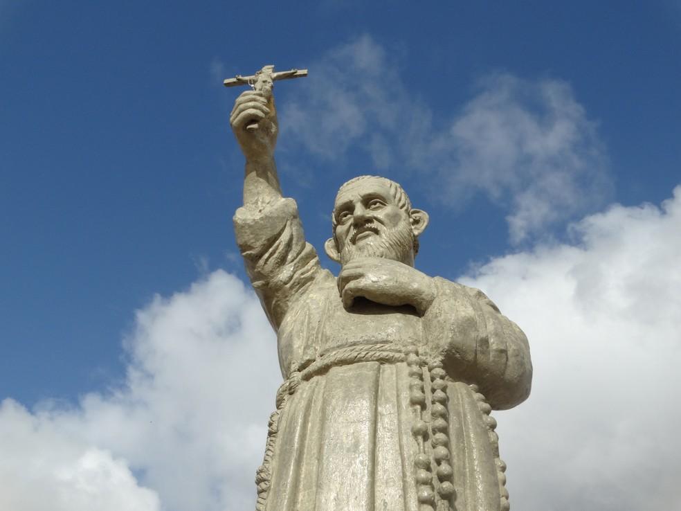Estátua de Frei Damião está localizada no memorial construído em homenagem a ele, em Caruaru (Foto: Joalline Nascimento/G1)