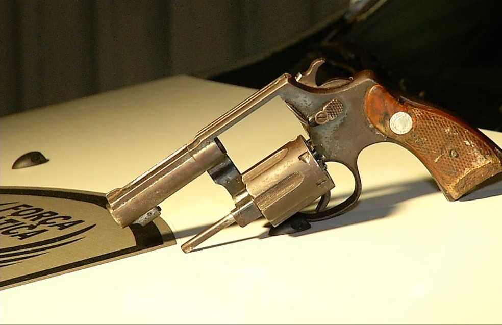 Os policiais apreenderam um revólver calibre 38 com 5 munições — Foto: Reprodução/Inter TV Cabugi