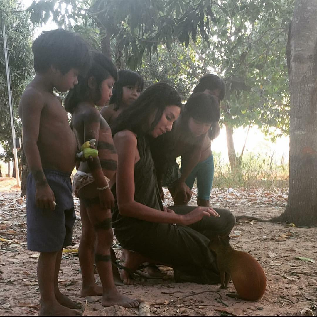Lea T com crianças indígenas (Foto: Reprodução/Instagram)