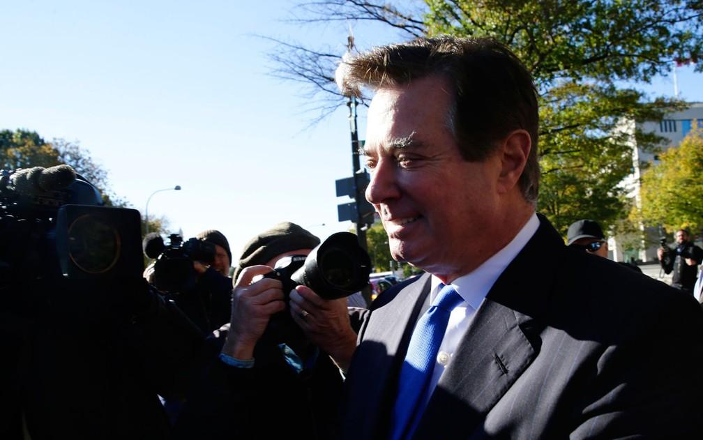 Paul Manafort ao deixar a Corte Federal dos EUA em Washington, na segunda-feira (30) — Foto: Reuters/Jim Bourg