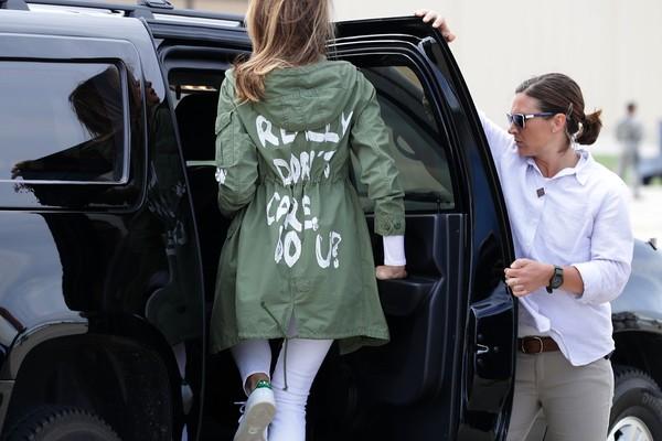 A primeira-dama dos Estados Unidos, Melania Trump, com o casaco alvo de críticas da comunidade internacional (Foto: Getty Images)
