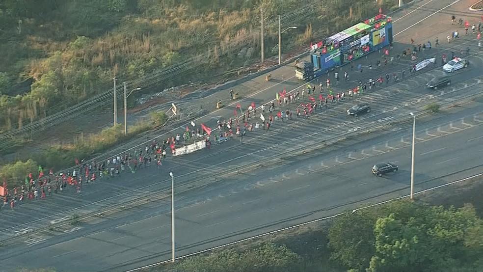 Manifestantes no acesso ao Eixão pelo Aeroporto (Foto: Reprodução/TV Globo)