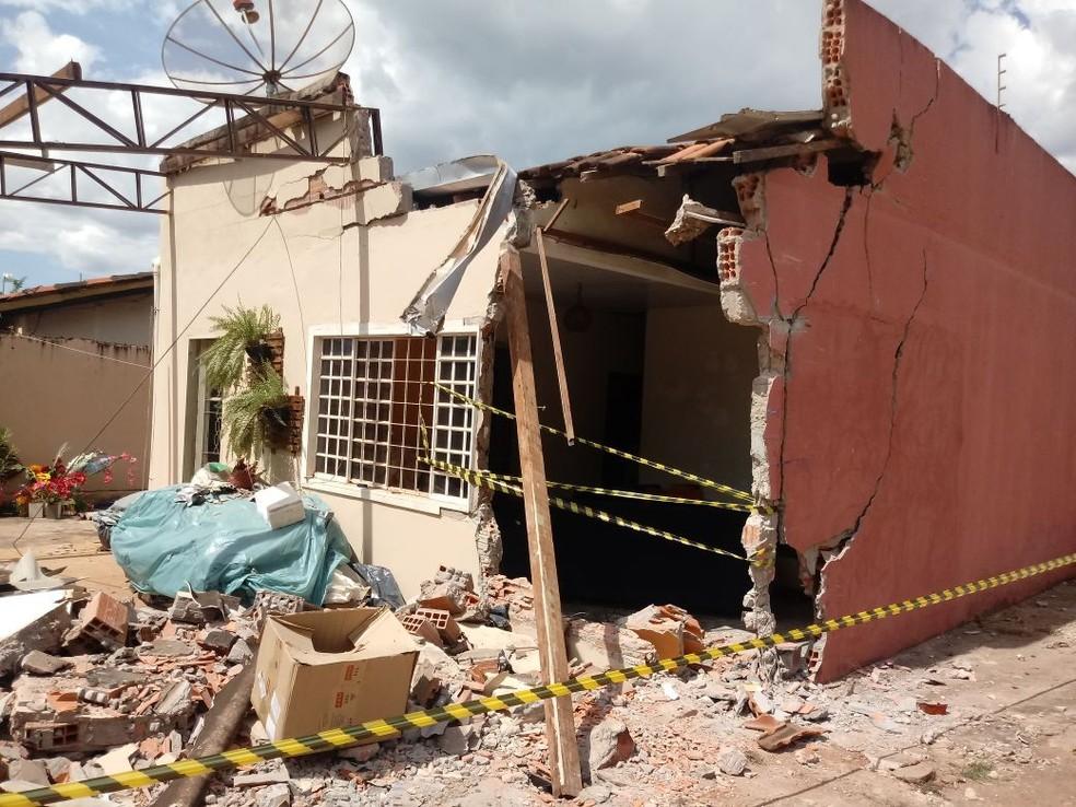 Casa de esquina ficou com a lateral destruída (Foto: João Fernando Copetti/ Arquivo pessoal)