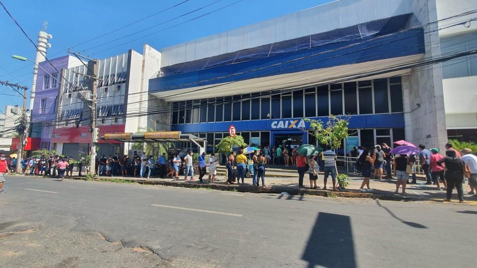 Agência na Avenida Prainha tem fila  — Foto: Lorena Segala/TVCA