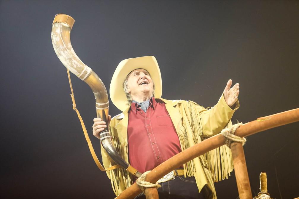 O cantor Sérgio Reis foi participação especial no desfile da Dragões da Real (Foto: Fábio Tito/G1)