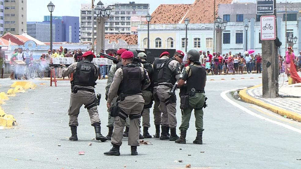 Confronto entre PMs e manifestantes no Recife (Foto: Reprodução/TV Globo)