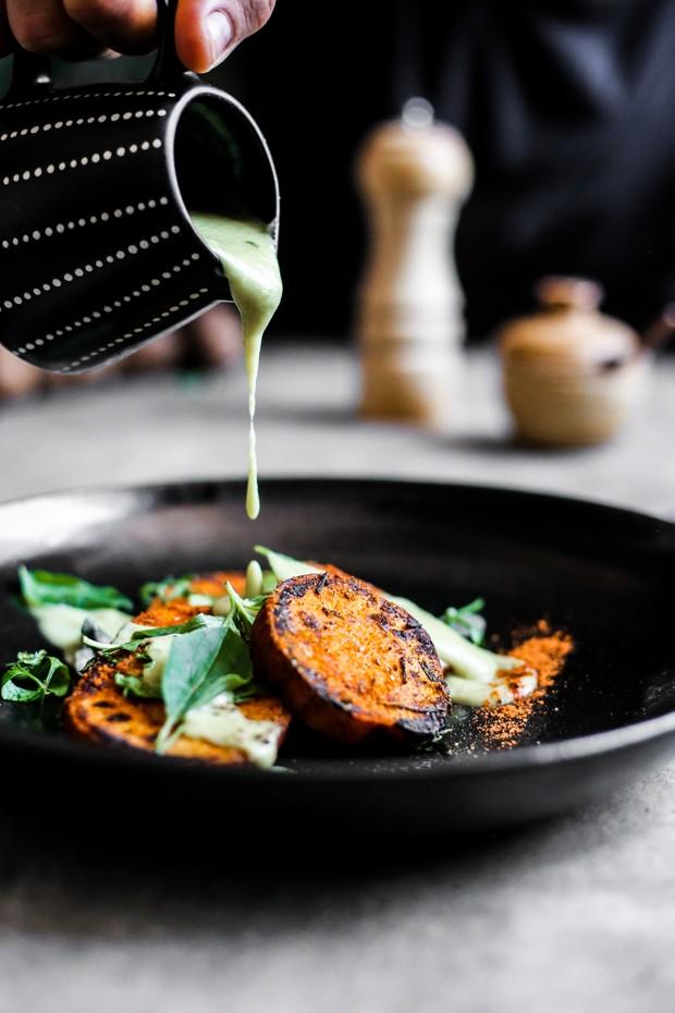 Saudável e deliciosa: batata doce grelhada com molho de couve-flor (Foto: Simplesmente)