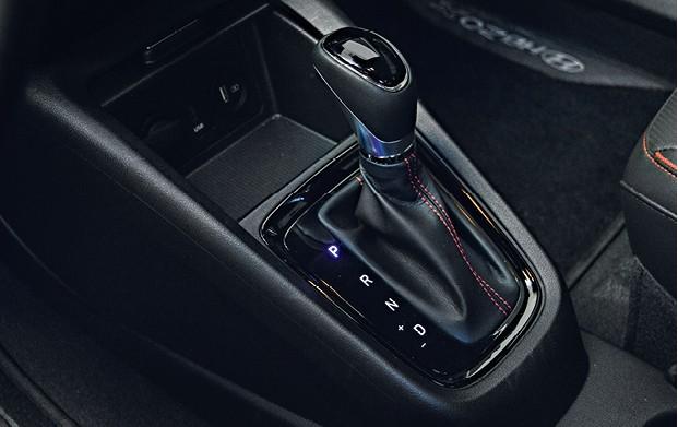 Hyundai HB20x - Já as molduras e costuras em vermelho não casam com a proposta aventureira — são mais condizentes com a versão Sport (Foto: André Schaun)