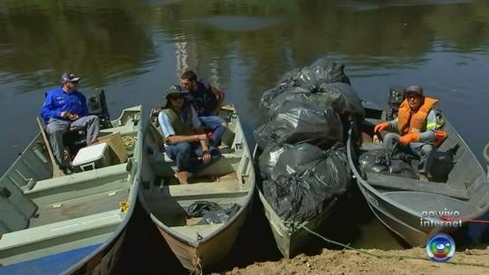 Grupo de voluntários faz mutirão de limpeza no Rio Tietê