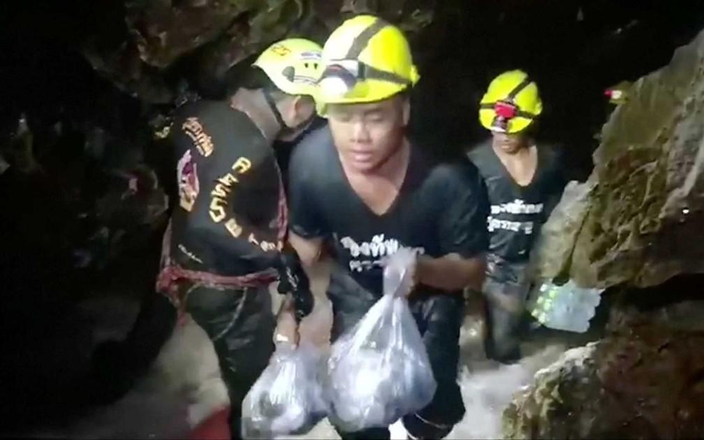 Equipes de resgate levam suprimentos para o complexo de cavernas de Tham Luang, na Tailândia, onde 12 meninos e seu treinador de futebol estão presos (Foto: Ruamkatanyu Foundation / Via Reuters)