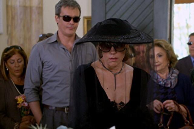 Cena do funeral de Marcela (Suzana Pires) (Foto: TV Globo)