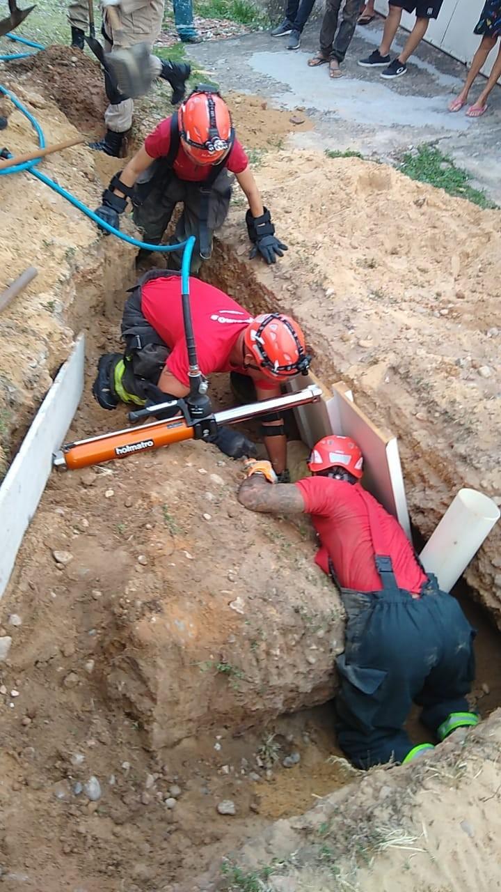 Homem é resgatado após cair em buraco de obra e ser soterrado em Natal