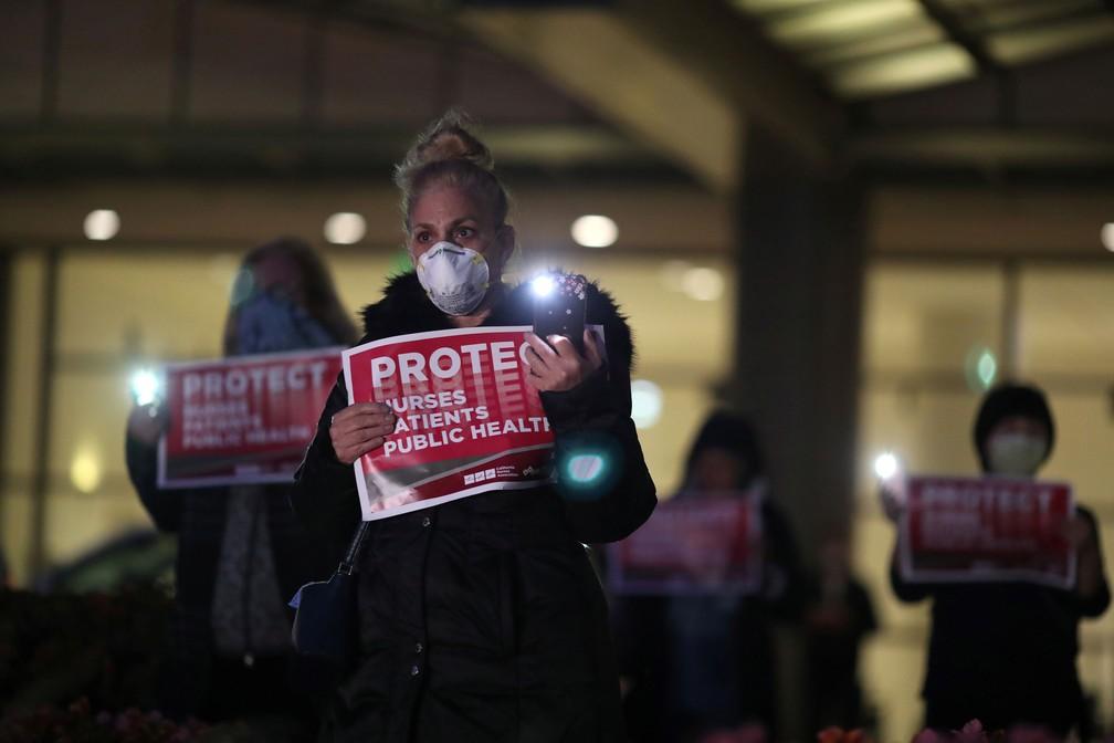 Enfermeira participa de uma vigília à luz de velas do lado de fora de centro médico em Los Angeles, na Califórnia (EUA), nesta segunda-feira (30)  — Foto: Lucy Nicholson/ Reuters
