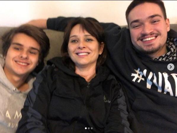 Myrian Rios ao lado dos filhos Pedro Arthur (à esquerda) e Edmar (Foto: Reprodução/ Instagram)