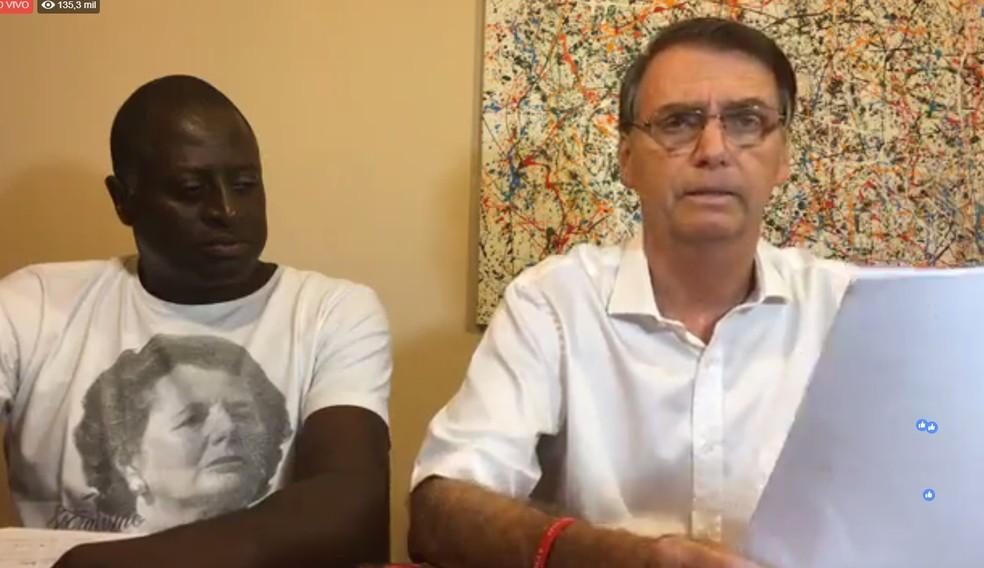 Helio Lopes esteve ao lado de Jair Bolsonaro em uma transmissão ao vivo que o candidato à presidência fez neste domingo — Foto: Reprodução