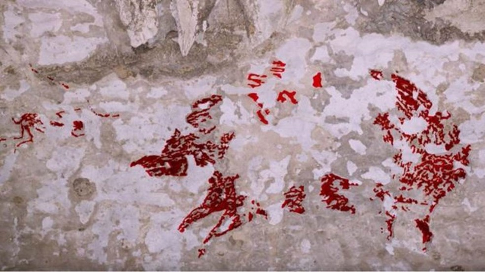 'Já vimos centenas de artes rupestres nessa região — mas nunca vimos nada parecido com uma cena de caça', diz arqueólogo — Foto: Maxime Aubert/Pa Wire