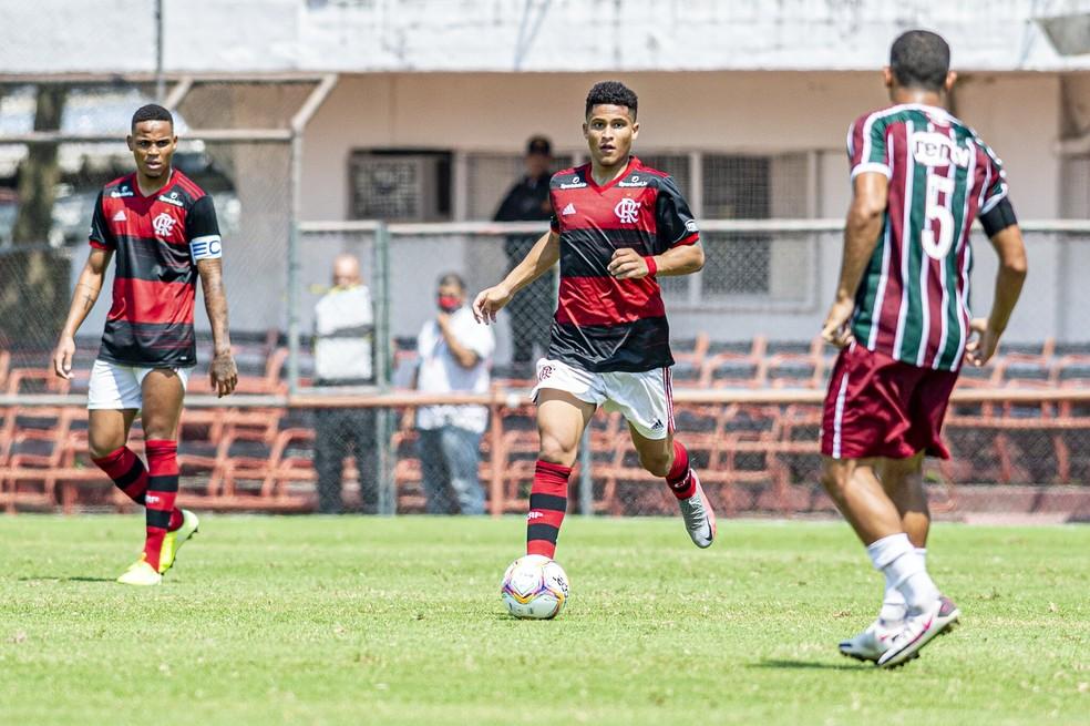 João Gomes em ação no clássico contra o Fluminense pelo sub-20 — Foto: Marcelo Cortes / Flamengo