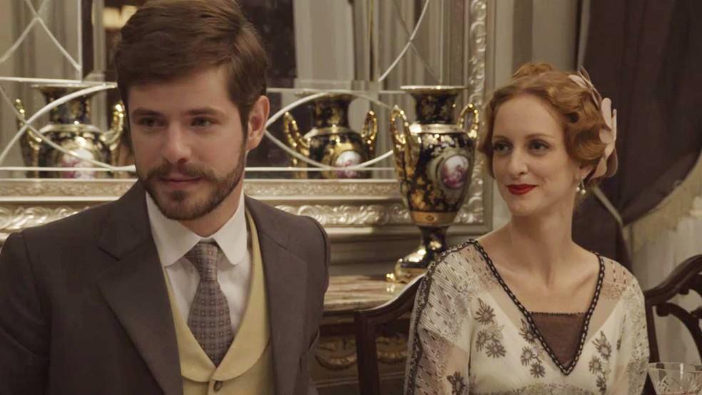 E, durante o encontro, Camilo e Ludmila fingem que estão namorando. Os dois chegam a comentar como se conheceram e se apaixonaram  (Foto: TV Globo)