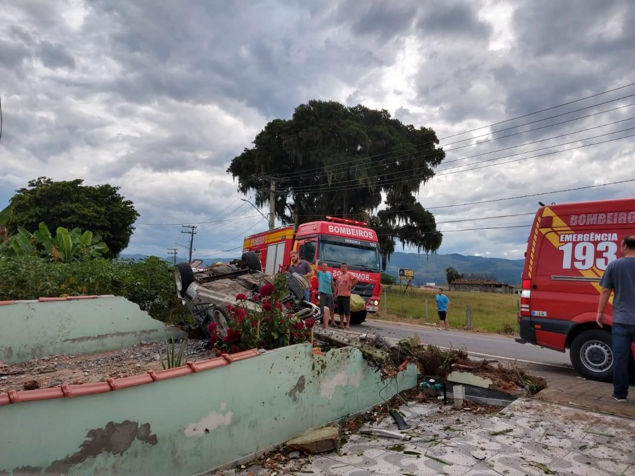 Motorista fica ferido após bater carro contra poste e destruir muro de casa no Sul de SC