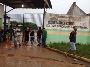 Alguns apenados permaneceram em frente a unidade prisional, após o incêndio ter sido controlado (Foto: Hosana Morais/G1)