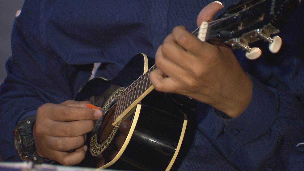 Músico toca cavaquinho (Foto: TV Globo/Reprodução)